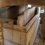 dieser Grundofen wird durch zwei Wände gebaut; das Zugsystem der Kernsteine und die 2. Schamottehülle sind zu sehen