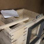 Der Türrahmen wird mit eine Klemmvorrichtung an die speziellen Türsteine befestigt. Dadurch keine Verschraubung im Schamotte und keine Rissbildung